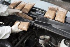 Droga contrabandeada em um compartimento do motor de automóveis imagem de stock royalty free