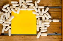 Droga de la cápsula con la nota en blanco Imagenes de archivo