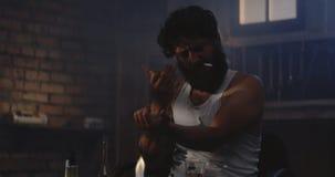 Droga do aquecimento do homem em uma colher video estoque