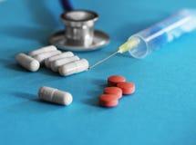 Droga e comprimidos com phonendoscope Imagem de Stock Royalty Free