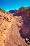 Droga gruntowa między górami w pustyni obraz royalty free