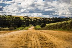 Droga gruntowa przez rolniczych poly w Napier, Zachodni przylądek, Południowa Afryka fotografia stock