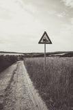 Droga gruntowa z taborowym drogowym znakiem Zdjęcie Royalty Free