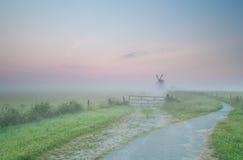 Droga Holenderski wiatraczek w ranek mgle Obrazy Royalty Free