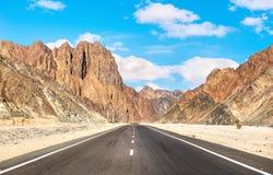 Droga i góry w egipcjanin pustyni fotografia royalty free