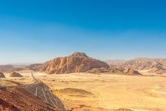 Droga i góry w Synaj pustyni Obrazy Royalty Free