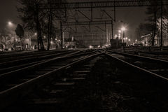 Droga i linia kolejowa w nocy Obrazy Stock