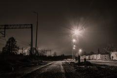 Droga i linia kolejowa w nocy Fotografia Royalty Free