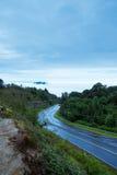 Droga i mgła na górze Zdjęcia Stock