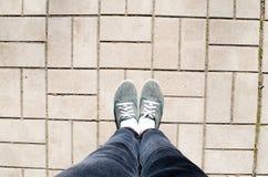 Droga i nogi journeyer I?? na piechot? podr??nika Chodz?ce ?cie?ki i nogi Miasta dach?wkowy miasto Podr??nik?w sneakers Cajgi i s obraz royalty free