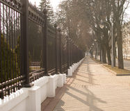 Droga i ogrodzenie zalewający z słońcem Obrazy Stock