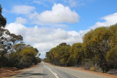 Droga Kalgoorlie, górniczy miasteczko w odludziu zachodnia australia obrazy royalty free