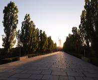 Droga Mamayev Kurgan w Volgograd w zmierzchu i sylwetce pomnikowi krajów ojczystych wezwania w odległości obraz royalty free