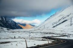 droga militarna droga Wijący sposób wśród gór Gruzja Zdjęcie Stock