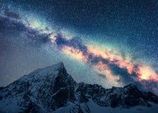 Droga Mleczna nad śnieżne góry przy nocą przestrzeń zdjęcia royalty free