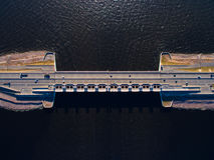 Droga most nad wodą Jest część tama w Kronstadt, Rosja Zdjęcia Royalty Free