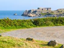 Droga na dennego wybrzeża krajobrazie na Guernsey wyspie Zdjęcie Stock