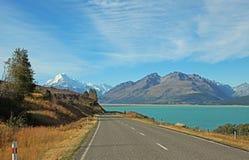 Droga na Pukaki jeziorze Zdjęcie Stock