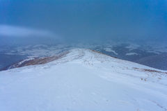 Droga na wzgórzu pod opadem śniegu Zdjęcia Royalty Free