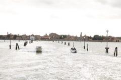 Droga od Wenecja Burano Krajobraz dennego transportu trasy z łodziami w morzu Murano, Wenecja zdjęcie royalty free