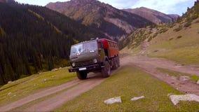 Droga pasażera ciężarówka na góry tle zdjęcie wideo
