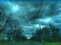 Droga pośród wiosen drzew Wiosny droga w promieniach zmierzch journeyer nowe horyzonty niebo obraz stock