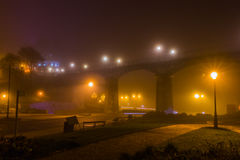 Droga pod footbridge mglistą nocą Zdjęcia Stock