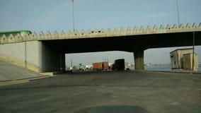 Droga pod mostem przy rankiem zbiory wideo