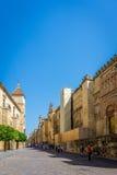 Droga prowadzi wejście meczetowy kościół w cordobie zdjęcie stock