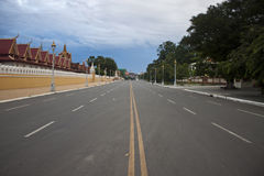 Droga przed Royal Palace w Pnom Penh Zdjęcia Royalty Free