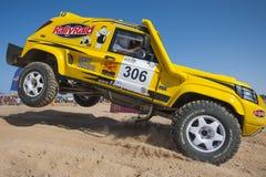 Droga przewozi samochodem konkurowanie w pustynnym wiecu Zdjęcie Royalty Free