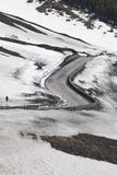 Droga przez śnieżny halny powulkanicznego zdjęcia stock