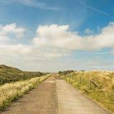 Droga przez diun gromadzki Waterleidingduinen blisko miasta Zandvoort i Amsterdam w holandiach zdjęcia stock