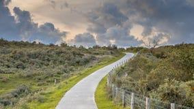 Droga przez diun z chmurami Obrazy Stock