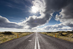 Droga przez lawowego pola blisko wioski Vik, Południowy Iceland Obrazy Stock