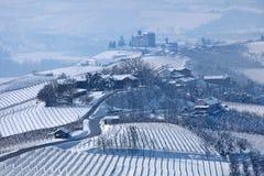 Droga przez mroźnych wzgórzy i winniców w Włochy. Zdjęcie Royalty Free
