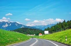Droga przy Prealps górami w Gruyere w Fribourg Szwajcaria Obraz Royalty Free