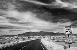 Droga rozciąga out w odległość z prędkości ograniczenia znakiem Obraz Royalty Free