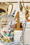 Droga, trofeo y cadenas imágenes de archivo libres de regalías