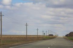 Droga wśród poly - wiosny wieś w Rosja Zdjęcia Stock