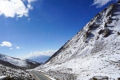 Droga w halnych himalajach i niebie, cienieje chmurę w India obrazy stock
