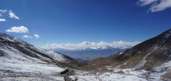 Droga w halnych himalajach i niebie, cienieje chmurę w India zdjęcia royalty free
