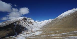Droga w halnych himalajach i niebie, cienieje chmurę w India fotografia royalty free
