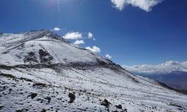 Droga w halnych himalajach i niebie, cienieje chmurę w India obrazy royalty free
