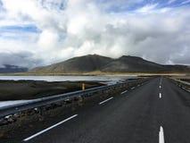 Droga w Iceland Jezioro w Skalistych górach Świeża i zielona trawa obrazy royalty free