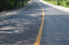droga w kolorze żółtym w środku znaczy ostrożność zdjęcia royalty free
