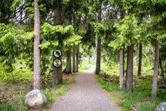 Droga w lesie z żadny jeździeckim znakiem i żadny pojazdy podpisuje Obrazy Stock