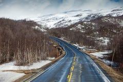 Droga w Norweskich średniogórzach Góry i śnieg Fotografia Stock