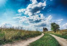 Droga w polu, prowadzi zaniechany kościół Obraz Royalty Free