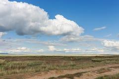Droga w stepie Chmura pławik przez niebo nad łąkami Tyva step dzień sunny lato fotografia royalty free